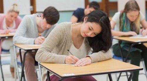 Gente en un examen